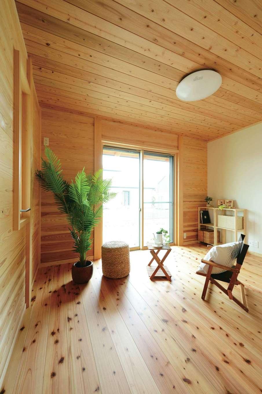村木建築工房【和風、自然素材、平屋】玄関の横に設けた個室は、避暑地のコテージのように心地よい空間。南面の窓から光が注ぎ、木の香りに包まれて自分時間をゆったり楽しめる