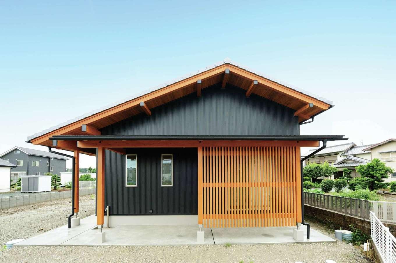 村木建築工房【和風、自然素材、平屋】深い軒と格子が情緒を醸し出す物干しコーナー