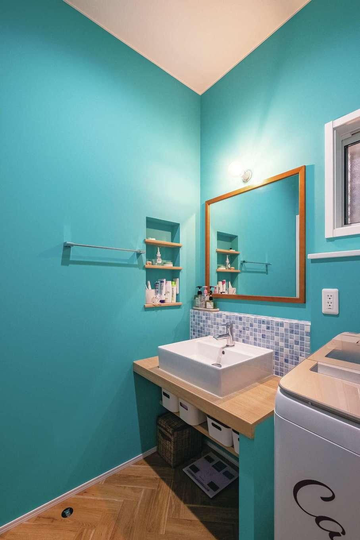 静鉄ホームズ【デザイン住宅、輸入住宅、省エネ】海をイメージしたブルーの壁が目にも鮮やかな造作洗面。壁色に合わせたブルーのモザイクタイルをポイント使いした