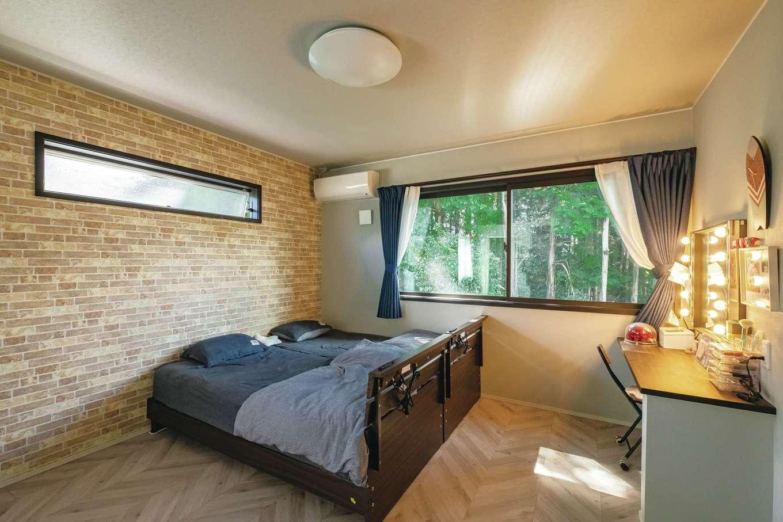 静鉄ホームズ【デザイン住宅、輸入住宅、省エネ】2階の主寝室。女優ミラーのあるドレッサーを造作で設置