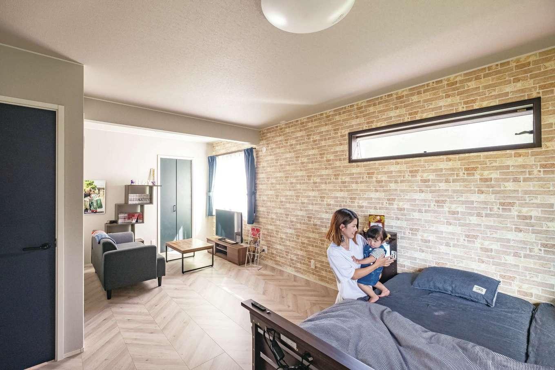 静鉄ホームズ【デザイン住宅、輸入住宅、省エネ】広めの寝室には、ドアとクローゼットが2つずつ。もう1人子どもが生まれて個室が必要になったら、壁で仕切って2部屋にすることもできるフレキシブルな空間だ。今はつなげて広く使い、一部にテレビやソファを置いてセカンドリビング的なスペースに。夜寝る前にテレビを見るのはもちろん、子どもがベッドでお昼寝するときも、様子を見守りながらそばで過ごせるので、便利に使っていると奥さま。落ち着いた色調の内装もくつろぎスペースにぴったり。