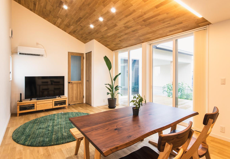 子育て安心住宅【自然素材、平屋、ガレージ】リビングはソファを置かずにゴロンとくつろげるスペースに。ナラの無垢床の温もりが肌に直に伝わって心地よい