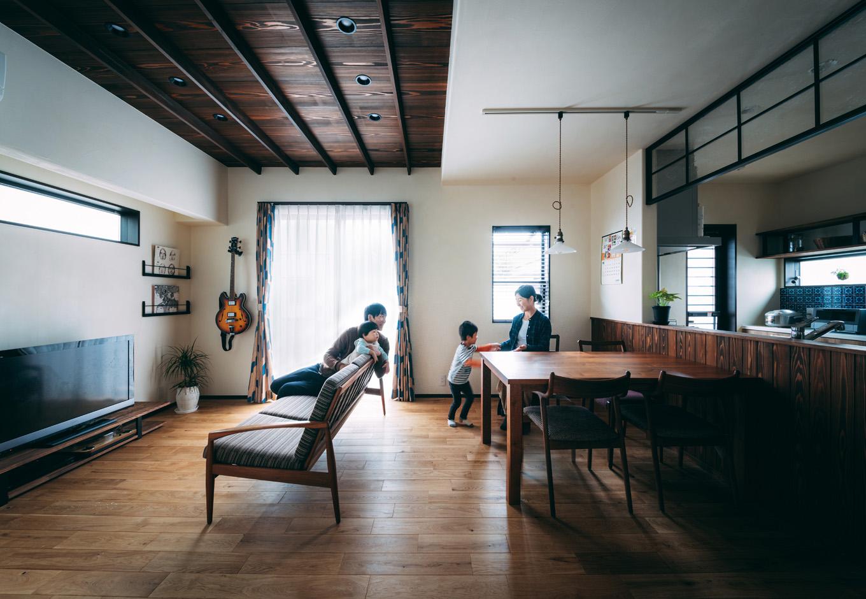 バルハウス【和風、自然素材、インテリア】無垢の床と珪藻土に包まれた、温かみのあるリビング。竿縁天井が古民家風の情緒を醸し出す。掃出窓の外にはウッドデッキがある