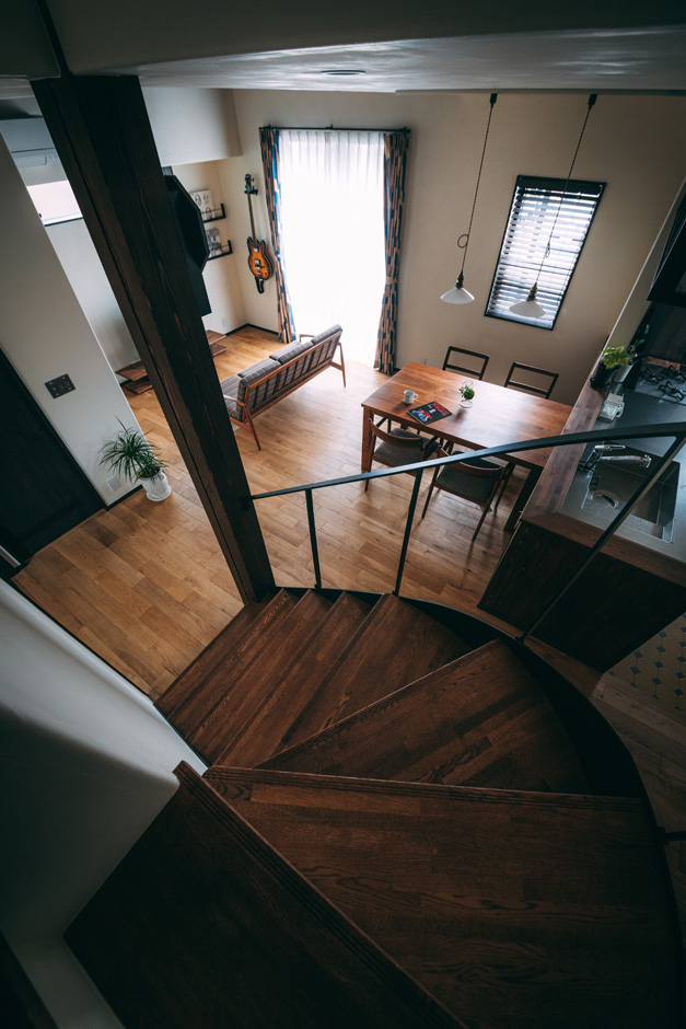 バルハウス【和風、自然素材、インテリア】Rの曲線が優美な雰囲気をもたらすアイアン階段。2階から眺める光景も風情があってオシャレな雰囲気