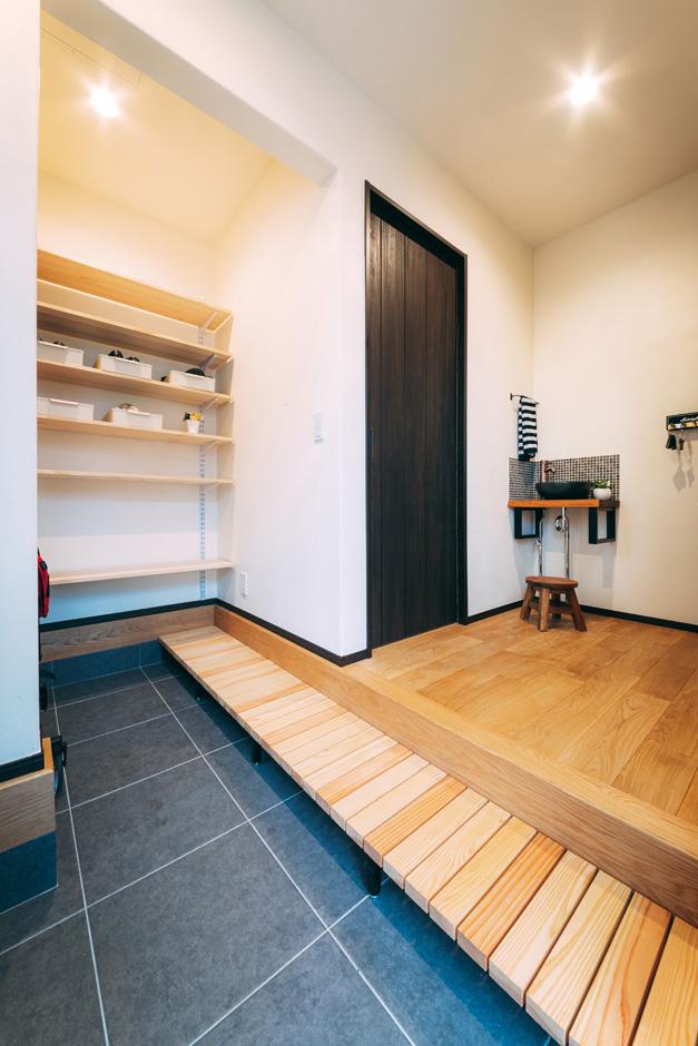 バルハウス【和風、自然素材、インテリア】シューズクローク付きの玄関は和モダン風の端正な空間。土間の奥までスノコを設けてあり、靴を取り出すのも便利
