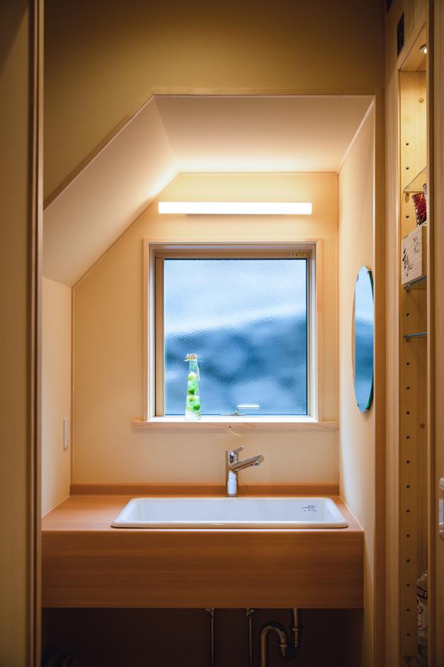 瀧口建設 階段下を手洗いスペースに利用。帰宅後、リビングに入る前に手洗い・うがいができ、感染症対策にも役立っている
