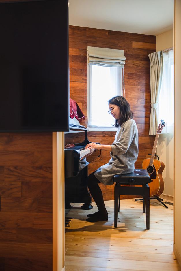 瀧口建設 「祖母の使っていたピアノをそのまま残したい」との奥さまの要望で、リビングの奥に音楽ルームを確保。スペースを上手に利用し、読書が趣味の奥さまの愛読書をしまう書棚も設けてある