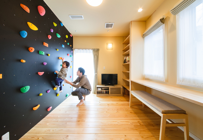 瀧口建設 2階のセカンドリビングにはスタディカウンターとボルダリングの壁を設けてあり、子どもが家の中でものびのびと遊べる空間を確保。壁面に造り付けの書棚もたっぷり設けてある