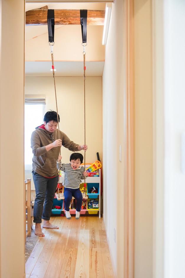 瀧口建設 2階の子ども部屋は天井の梁を現しにして、ブランコを吊るしてある。寝室の梁も同様にご主人のぶら下がり棒を付けてあり、旧宅の面影と新しい暮らしとが融合し、暮らしに楽しさをもたらしている