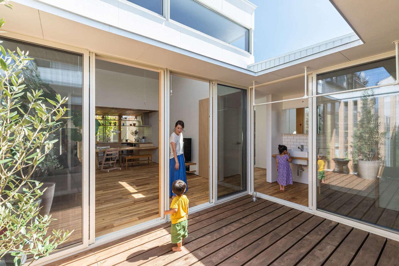 NATUREスペース【狭小住宅、建築家、平屋】LDKと子ども部屋とを繋ぐ中庭のウッドデッキ。サッシに囲まれており、見通しの良いオープンエアな空間。天気の良い日には、家族で青空ランチやカフェも楽しめる