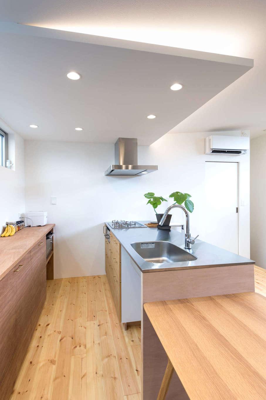 建杜 KENT(大栄工業)【自然素材】キッチン背面には大容量の収納棚を造作。棚の上がスッキリと片付く