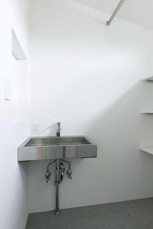 建杜 KENT(大栄工業)【自然素材】洗面はキッチンと同じステンレス製でシンプルに。オープンの収納棚と室内干しで使い勝手のいい空間に