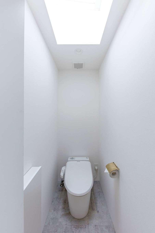 建杜 KENT(大栄工業)【自然素材】トイレには窓の代わりにトップライトを。開閉できるタイプにして、採光はもちろん換気にも配慮