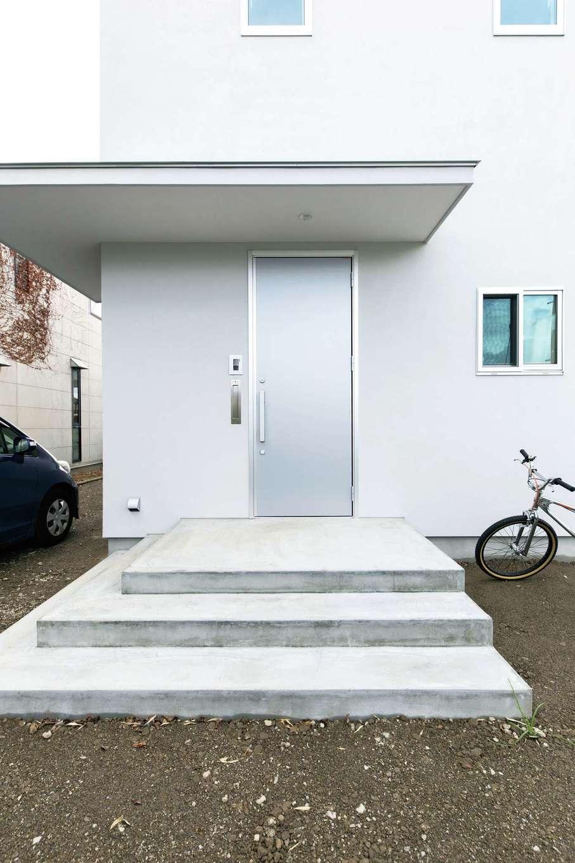 建杜 KENT(大栄工業)【自然素材】ステンレスのような質感の玄関ドアがスタイリッシュ。デザイン性と実用性を兼ね備えた大きな庇もアクセント