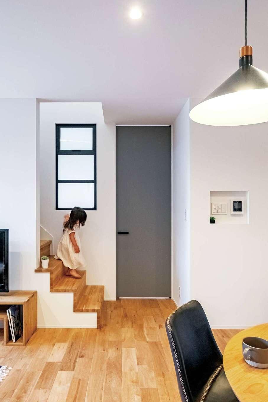 金子工務店/めぐみ不動産(アイフルホーム 沼津店)【沼津市大岡・モデルハウス】玄関ホールに面した壁には、アイアンフレームの室内窓を設置。インテリアのポイントになるだけでなく、リビングに明るさを取り入れる実用性も兼ね備えている。一番上は開閉できるタイプにして、通風にも配慮した