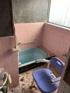 浴室は昭和を感じさせるタイル張りで、冬は冷たく、掃除も大変。洗い場スペースよりも浴槽の底のほうが低いつくりのため、入るときは注意が必要だった