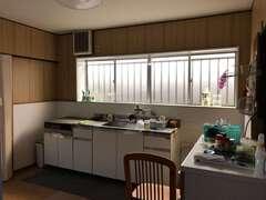 かつてはキッチンと左手奥の食器棚の位置が遠く、使い勝手が悪かった。ダイニングテーブルは中央に置くと狭くなるため、小さなものが隅に置かれていた