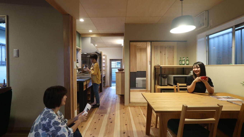 アクトホーム(木の住まいづくり研究所)|キッチンの位置を変更し、近くに食器棚を配置することで、ダイニングスペースにゆとりが生まれ、家事ラクが叶えられた。ダイニングセットなどの家具も同社オリジナル。壁の「お茶薫る珪藻土」は場所により塗り方を変え、印象の違いを確認できるようにしている