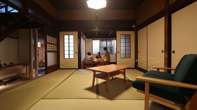 アクトホーム(木の住まいづくり研究所)|ふすまの開け閉めにより、季節や用途に応じて空間構成を変化させることができる二間続きの和室は、ほぼ手を加えず、時を経て味わいを深めた建具や模様ガラスを活かした。ソファとローテーブルを置き、和室ならではのくつろぎはそのままに、現代的な暮らし方を提案
