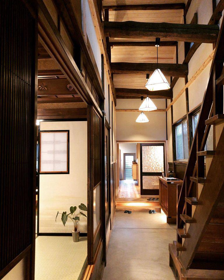 アクトホーム(木の住まいづくり研究所)|廊下の床を剥がし、通り土間とすることで、間口が狭く奥行きが深いウナギの寝床と称されるこの建物の個性が、ほかでは得られない魅力へと転換された。同様に天井を開くことにより、立派な梁が出現し、開放感もアップ。屋根裏に張られたスギは木目も美しい