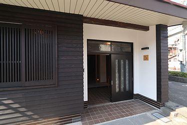 アクトホーム(木の住まいづくり研究所)|旧東海道沿いに面しているため、宿場町の風情を損なわないよう町並みになじむ外観に。正面はスギの鎧張りとホタテ漆喰で仕上げ、窓には新たに格子を設置。玄関引き戸は傷みが少なく雰囲気もよかったため、既存のものを同色で塗装して再利用した