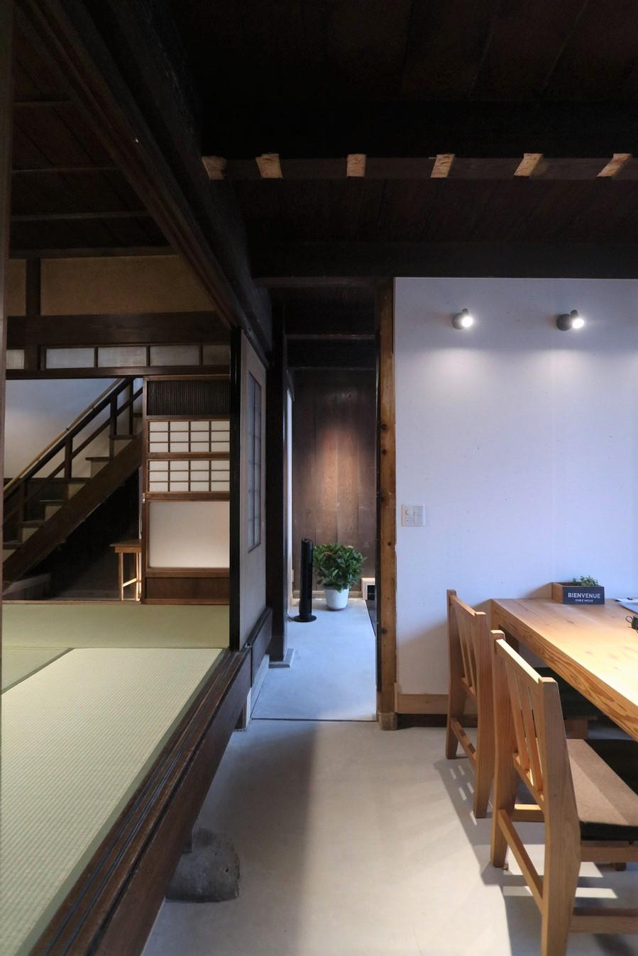 アクトホーム(木の住まいづくり研究所)|玄関左手の洋室も、ひと続きの土間空間に生まれ変わった。来客を迎えたり、リモートワークや宿題のスペースになったりと、和室とほどよくつながり、多様な暮らし方を受け止める。壁には調湿性に優れ、外部からの光をやわらかく反射させる土佐和紙が採用されている
