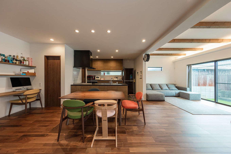 内田建設【収納力、間取り、建築家】キッチンを起点とした和モダンスタイルのLDK。料理しながら見える位置にスタディコーナーを造作。リビングの天井高を上げたことで視界が広がり、より開放感が生まれた。照明はダウンライトだけで、余計な装飾を一切省いた