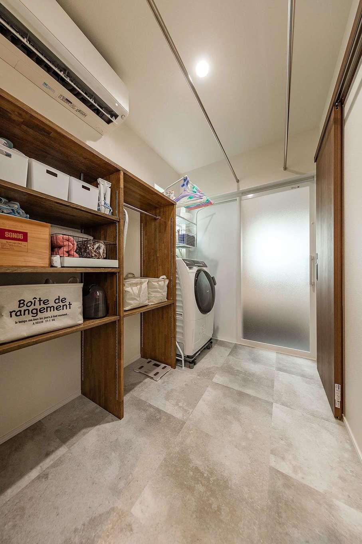 内田建設【収納力、間取り、建築家】キッチン、パントリーからつながるサニタリー。大容量の収納は所有するBOXの大きさに合わせて造作した。洗う・干す・しまうが一か所で完結できて、奥さまの家事時間も短縮される。洗面室と脱衣室を分けたことで、誰かが入浴中でも手洗いや歯磨きができる
