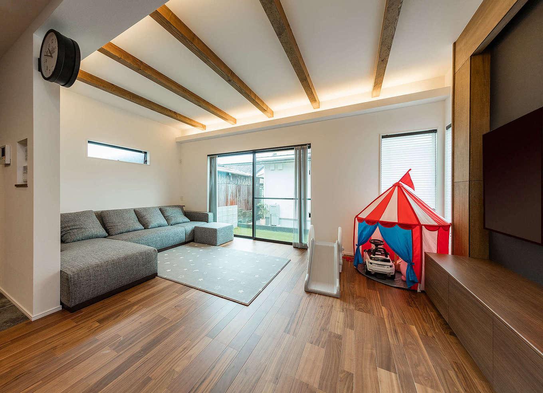 内田建設【収納力、間取り、建築家】たっぷりの光と風をとりこみ、外と内のつながりを感じるリビング。現しの天井はご主人からのリクエスト