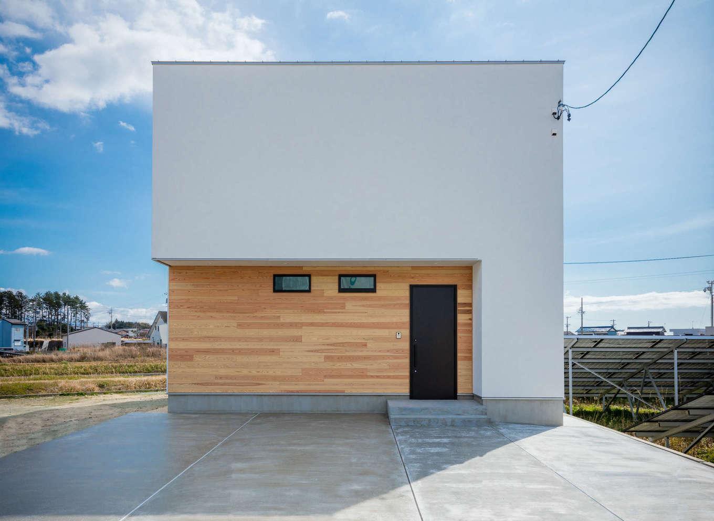 内田建設【デザイン住宅、間取り、建築家】「ザ・建築家住宅」と呼びたくなるカッコイイ外観デザイン。白いスクエアなフォルムに無垢板のポーチがアクセントに