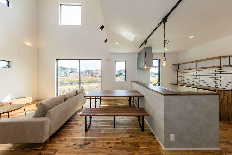 内田建設【デザイン住宅、間取り、建築家】白・黒・グレーと木目でコーディネートされたLDK。照明や家具のセレクトにも施主さんのセンスが光る。光と風を効率よく取り込めるような窓の位置と大きさに建築家の経験値が息づいている