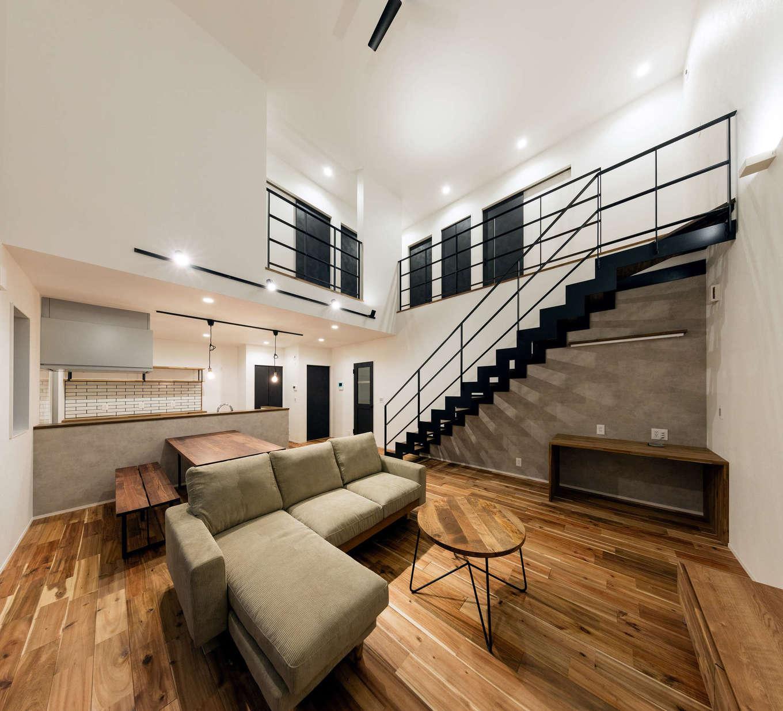 内田建設【デザイン住宅、間取り、建築家】白を基調とした空間をクールなアイアンが引き締めている。階段下はワークスペース。肌触りのいいフローリングは無垢のアカシアで、経年変化も楽しみ