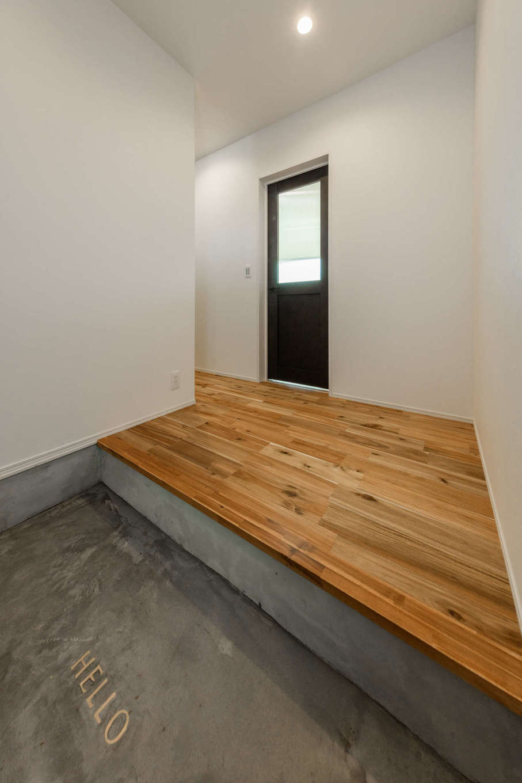 内田建設【デザイン住宅、間取り、建築家】モルタル仕上げの玄関ホール。建具もマットな質感で統一し、大人モダンな高級感を演出した