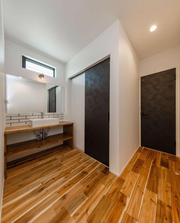 内田建設【デザイン住宅、間取り、建築家】脱衣室と離した洗面コーナー。ワイドな鏡を採用し、家族が横一列に並んで歯磨きもできる。ハイサイドライトからの光が北面とは思えない明るさを届けてくれる