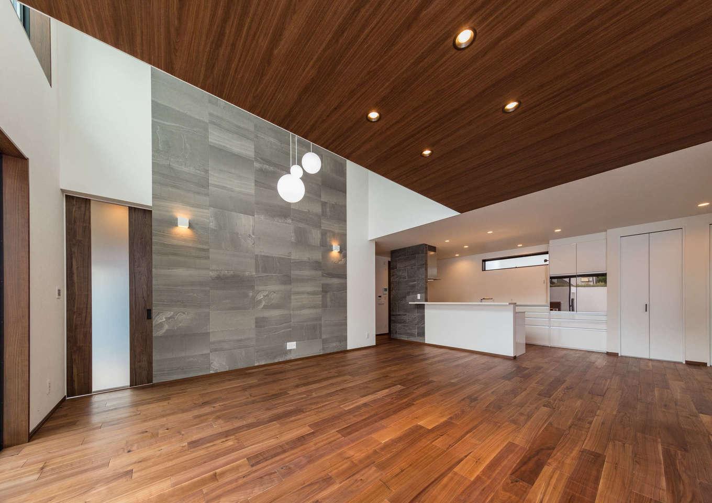内田建設【デザイン住宅、建築家、ガレージ】ゆったりとしたLDK。キッチンとリビングダイニングの天井高を変えたことで視界が広がり、より開放感が生まれた