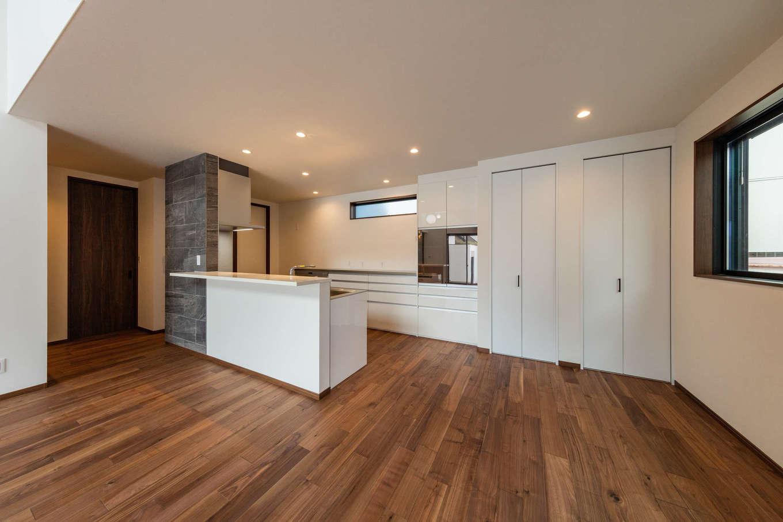 内田建設【デザイン住宅、建築家、ガレージ】キッチン回りは白で統一し、変化をつけた。カウンターを採用し、忙しい朝や遅く帰宅した時はここで食事を。収納スペースも充実し、生活感が出ないように配慮した