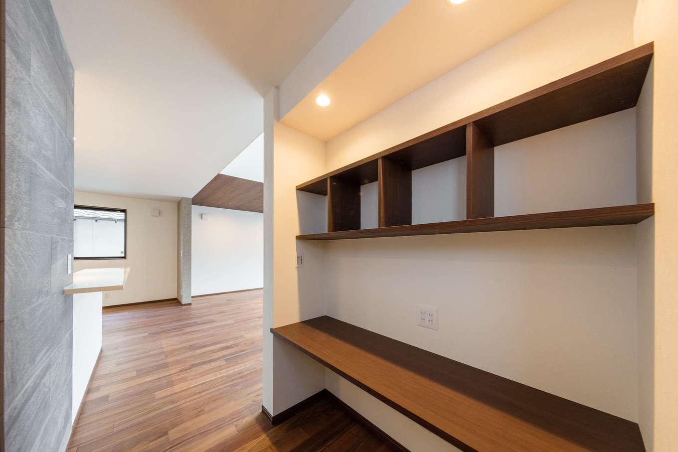 内田建設【デザイン住宅、建築家、ガレージ】キッチンから見える位置に造作した子どもたちのスタディコーナー。テレビが見えないので、集中して勉強できそう