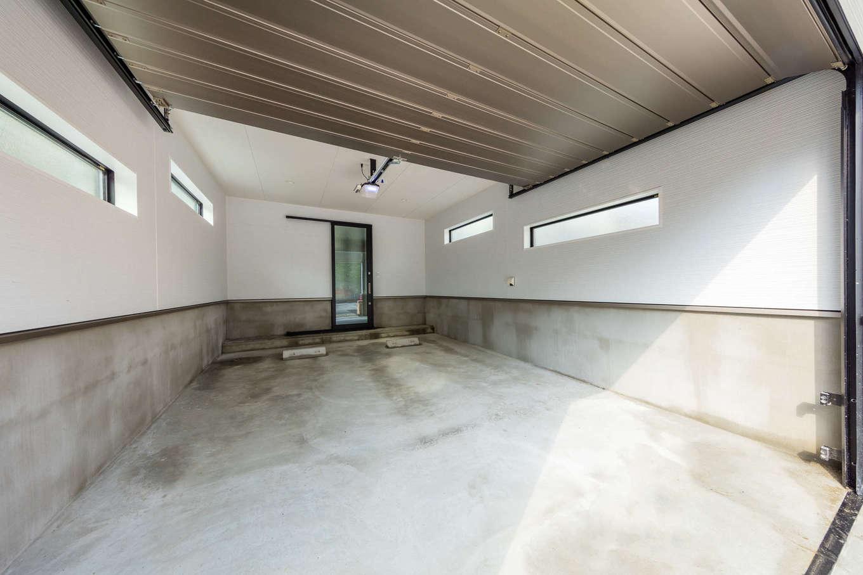 内田建設【デザイン住宅、建築家、ガレージ】オーバースライダー式の自動シャッターを採用したインナーガレージ。玄関ホールに直結し、雨の日もストレスフリー