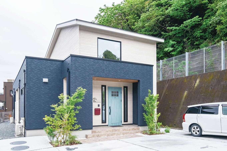 イデキョウホーム【輸入住宅、省エネ、平屋】玄関側は平屋には見えないフォルム。吹き抜けと小屋裏の収納が、空間と日々の暮らしにゆとりをもたらしている