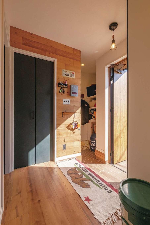 suzukuri 浜松店【デザイン住宅、子育て、趣味】アウトドアのギアもすっぽり収まる玄関収納。洗面脱衣室、浴室も近い場所に配置