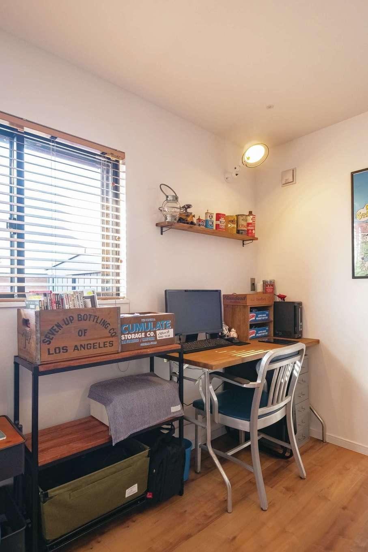 suzukuri 浜松店【デザイン住宅、子育て、趣味】壁の棚にはオイル缶をディスプレイ。他の人には不用品でもご主人にとっては宝物。こんなヴィンテージ雑貨が似合うのも『Viento」の魅力