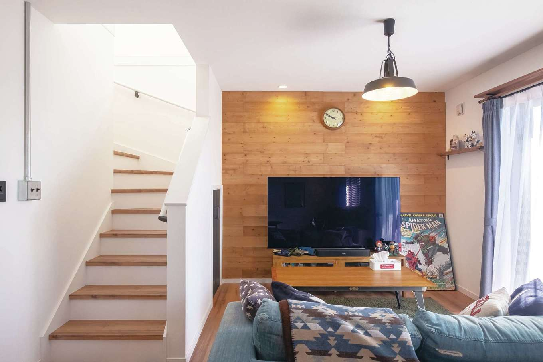 suzukuri 浜松店【デザイン住宅、子育て、趣味】外と中のつながりを感じるリビング。階段下にも収納を