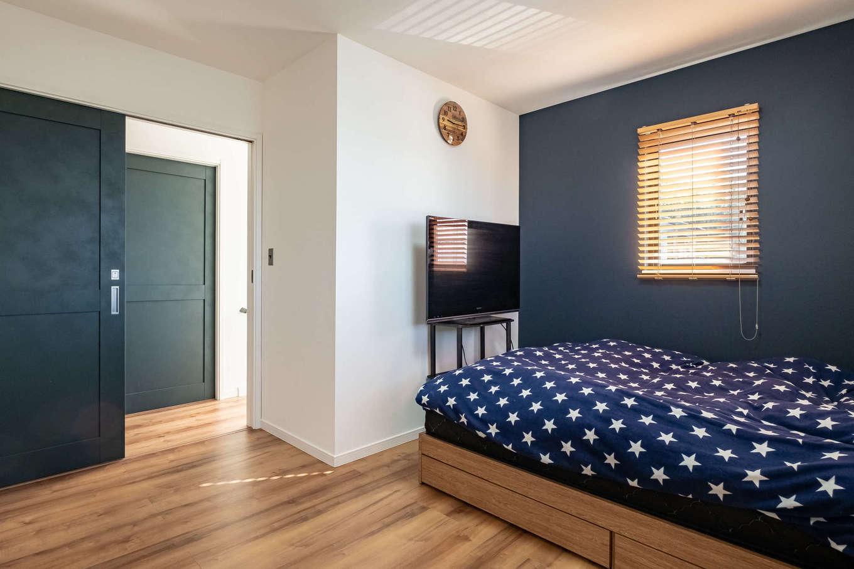 suzukuri 浜松店【デザイン住宅、子育て、趣味】暗めのトーンの壁紙で落ち着いた雰囲気の主寝室。手前側には広めのクローゼットを設け、収納力も抜群
