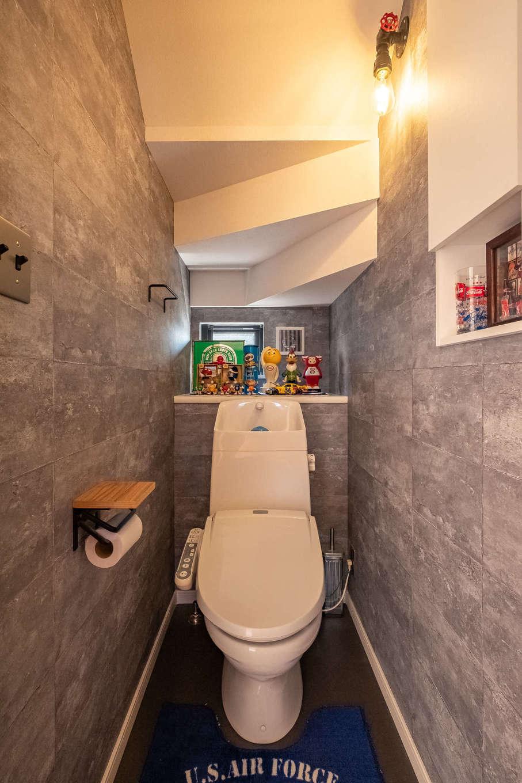 suzukuri 浜松店【デザイン住宅、子育て、趣味】階段下スペースを上手に活用したトイレ。照明やスイッチも家全体と揃え、統一感を出した