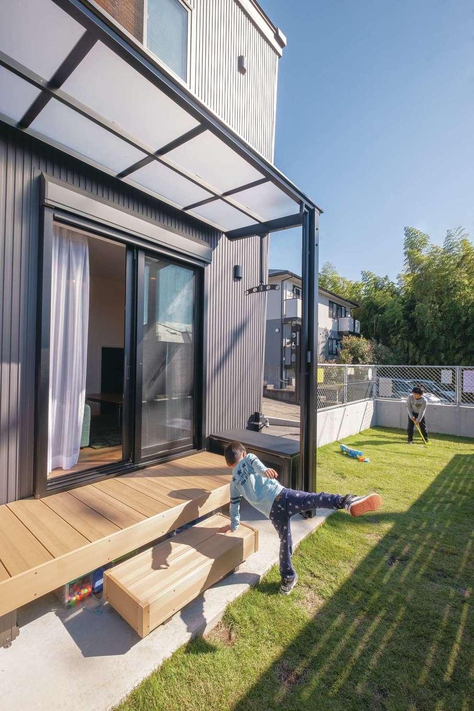 suzukuri 浜松店【デザイン住宅、子育て、趣味】敷地の高低差を活かして設けたウッドデッキと庭は、ボール遊びにBBQにと大活躍。視線も気にならず、夏はプールも楽しんだ