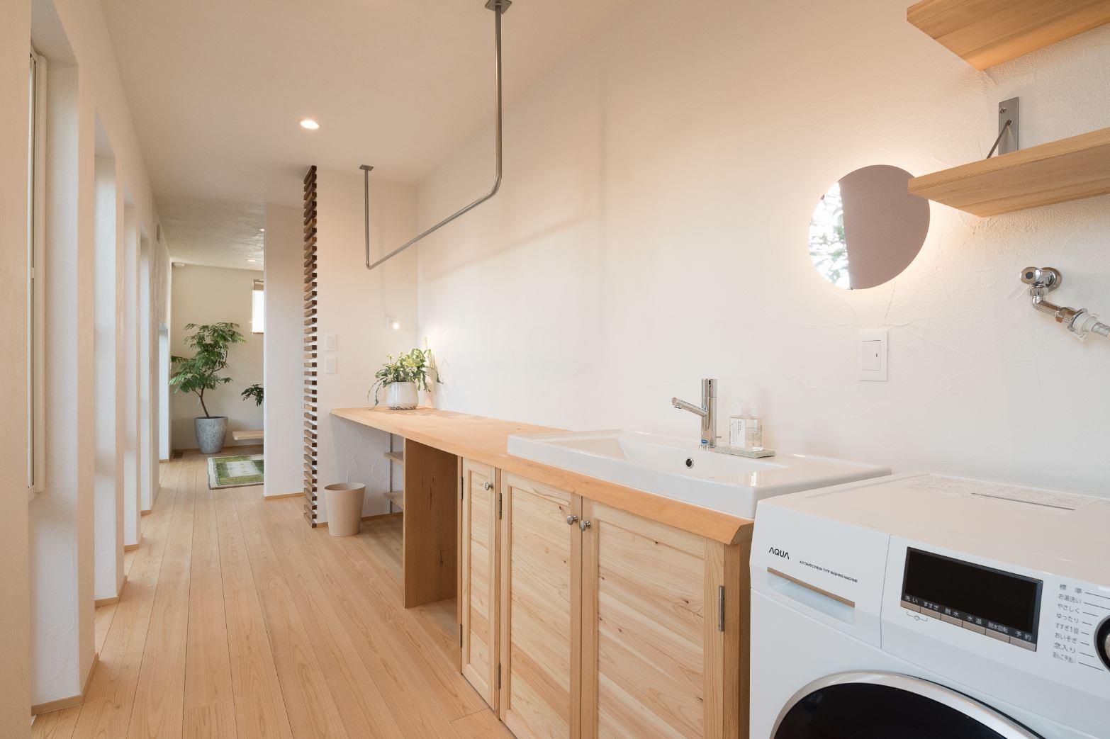 アイジースタイルハウス【浜松市東区和田町439-1・モデルハウス】キッチン、パントリーからつながるサニタリー。洗う・干す・アイロンがけ・収納が一か所で完結できるので、共働き・子育夫婦の家事時間を大幅に短縮する