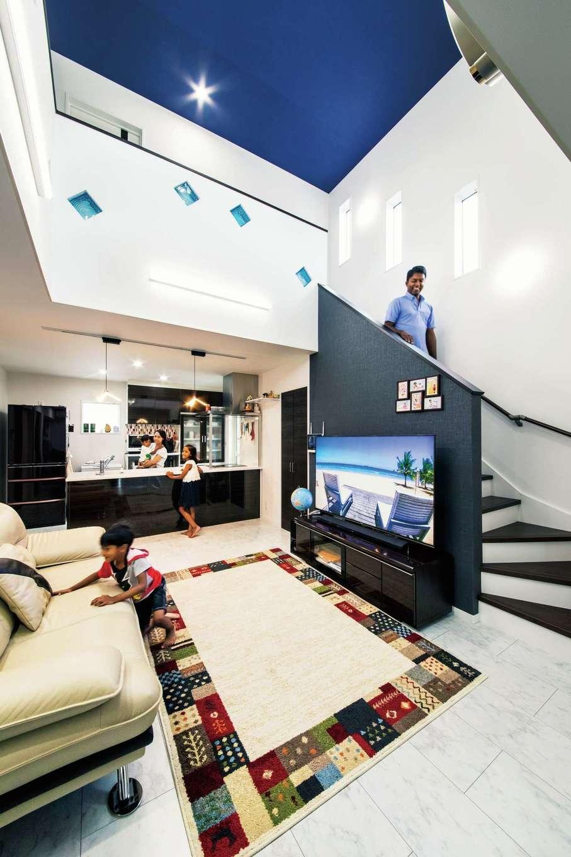 アフターホーム【1000万円台、デザイン住宅、子育て】開放感あふれる吹抜けのLDKは夫婦にとってマストの条件だった。天井の青いクロスはご主人の母国スリランカの青い空、ガラスブロックは海を象徴している