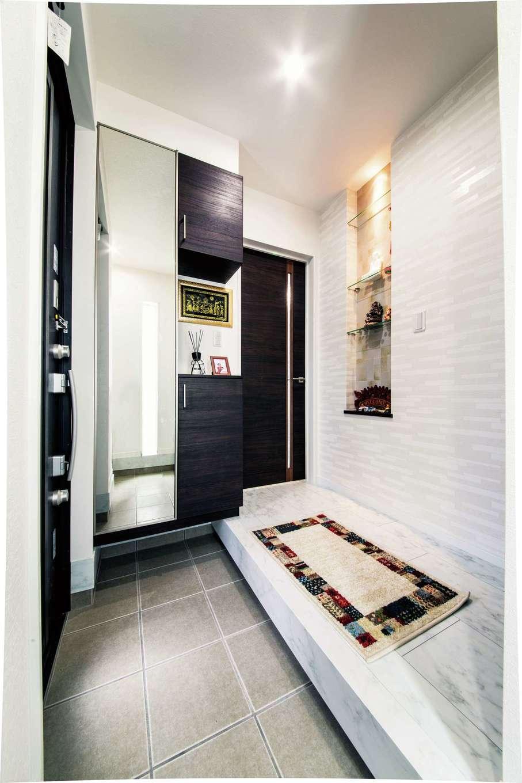 アフターホーム【1000万円台、デザイン住宅、子育て】収納豊富な玄関ホール。ニッチには写真や小物を