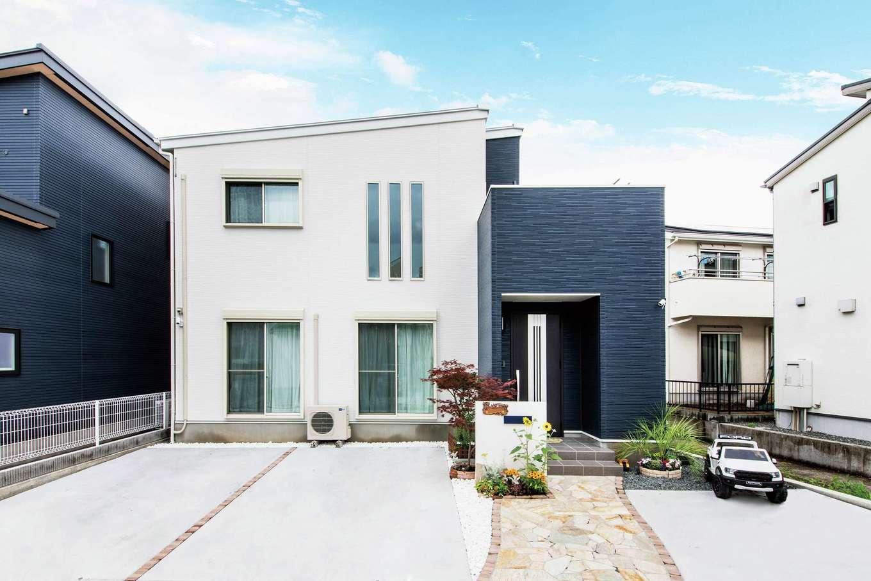 アフターホーム【1000万円台、デザイン住宅、子育て】白とネイビーのコントラストが美しい片流れの外観。エクステリアもおしゃれで、防犯も充実