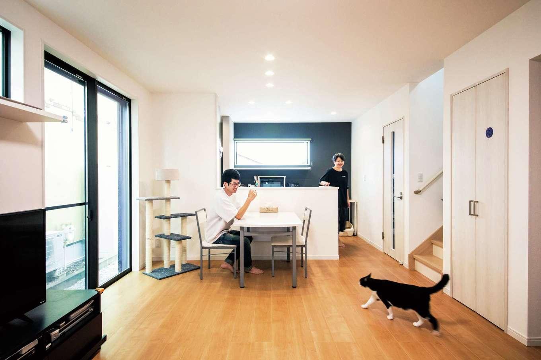アフターホーム【1000万円台、夫婦で暮らす、ペット】白を基調としたLDK。床は猫の足腰にやさしく、手入れも簡単なワンラブフロア。キッチンのバックヤードにはアクセントクロスを貼って彩りを添えた